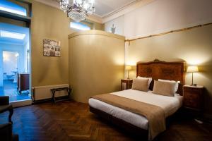 Een bed of bedden in een kamer bij Charme Hotel Hancelot
