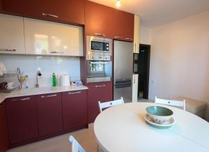 A kitchen or kitchenette at Апартамент за гости Римски терми