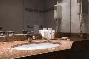 Un baño de Days Inn by Wyndham Montevideo