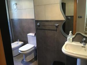 A bathroom at Double Room with Shared Bathroom and Shared Communal Areas R4