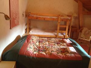 A bunk bed or bunk beds in a room at Hyvölän Talo