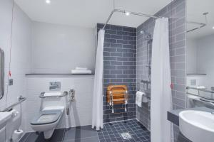 A bathroom at Holiday Inn Express - Birmingham - City Centre
