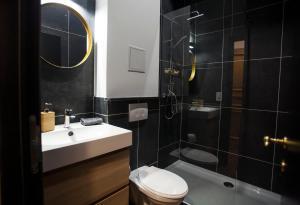 A bathroom at Luxury Suites Riverside Residence