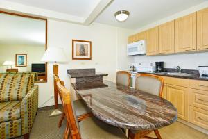 A kitchen or kitchenette at Waikiki Sunset #3708
