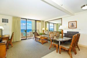 A seating area at Waikiki Sunset #3708