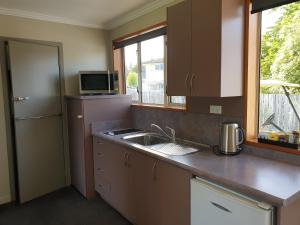 A kitchen or kitchenette at Lakeside Motel & Apartments