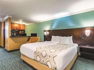 Ein Bett oder Betten in einem Zimmer der Unterkunft La Quinta by Wyndham San Francisco Airport West