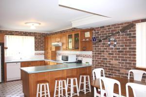 A kitchen or kitchenette at Birchgrove Terrace, Unit 6, Recreation Lane, Tun