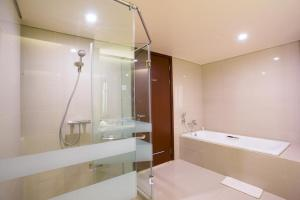A bathroom at Golden Palace Hotel Lombok