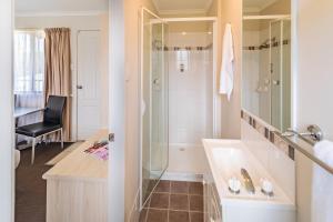 A bathroom at Ingenia Holidays Nepean River