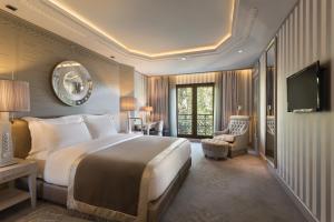 Кровать или кровати в номере Wyndham Grand Istanbul Kalamış Marina Hotel
