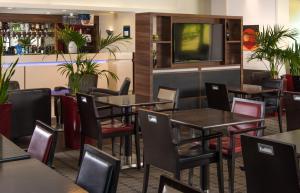 The lounge or bar area at Holiday Inn Express London - Dartford