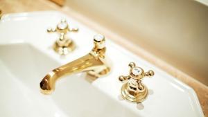 A bathroom at Palais Coburg Hotel Residenz