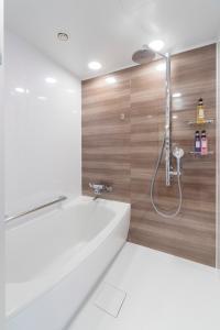 A bathroom at Hotel Granvia Osaka-JR Hotel Group