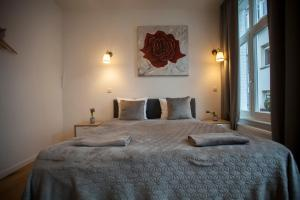 A bed or beds in a room at Luxury Suites Riverside Residence