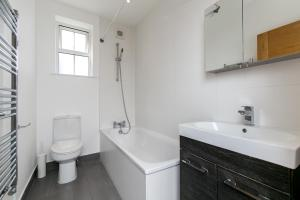 A bathroom at Modern Apartment 1mins Tube Station Sleeps 6
