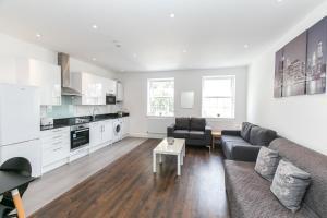 A kitchen or kitchenette at Modern Apartment 1mins Tube Station Sleeps 6