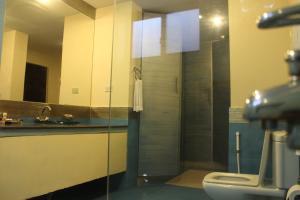 A bathroom at Hotel One Bahawalpur