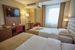 Un pat sau paturi într-o cameră la Central Plaza Hotel