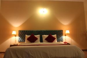 A bed or beds in a room at Hotel One Bahawalpur