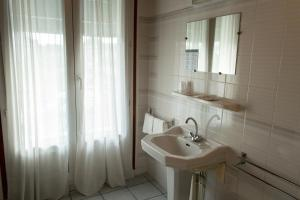 A bathroom at Hôtel de Flandre