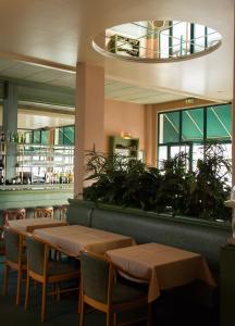A restaurant or other place to eat at Hôtel de Flandre