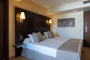 Een bed of bedden in een kamer bij Nautic Hotel & Spa