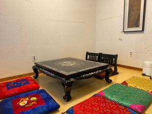 A seating area at Eugene Hanok Guesthouse Dongdaemun