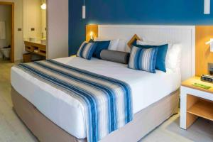 A bed or beds in a room at Catalonia Playa Maroma - All Inclusive