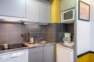 Кухня или мини-кухня в Aparthotel Adagio Paris Montrouge