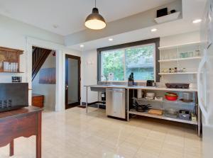 Кухня или мини-кухня в Indy Hostel