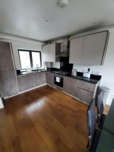 A kitchen or kitchenette at Stylish deluxe 2 bedroom apartment in camberwell
