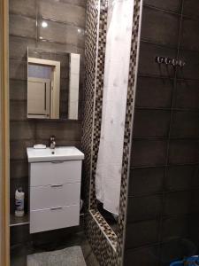 A bathroom at уютные апартаменты, ЖК Губернский