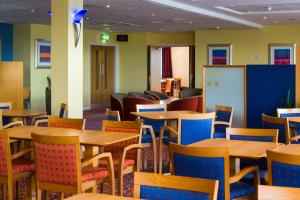 A restaurant or other place to eat at Holiday Inn Express Bradford City Centre