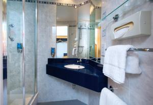 A bathroom at Holiday Inn Express Droitwich Spa