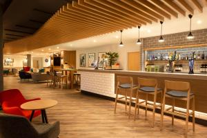 The lounge or bar area at Holiday Inn Express Cheltenham Town Centre