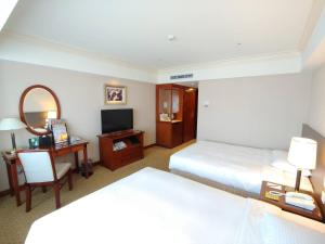 A bed or beds in a room at Evergreen Laurel Hotel - Taichung
