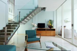 A seating area at AQ-VA Hotel & Villas