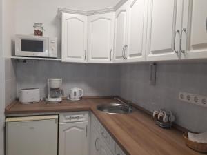 A kitchen or kitchenette at Zsuzsa Apartman Hévíz-Centrum