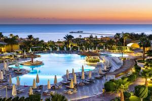 Uitzicht op het zwembad bij The Three Corners Fayrouz Plaza Beach Resort of in de buurt
