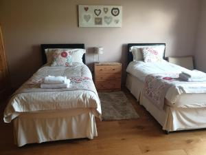 A bed or beds in a room at Bamflatt Farm Bed & Breakfast