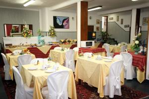 A restaurant or other place to eat at Hotel Agnello d'Oro Genova