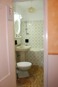 A bathroom at Hotel Agnello d'Oro Genova