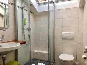 A bathroom at Gästehaus Seeklause