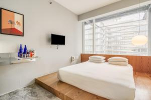 A bed or beds in a room at Selina Chelsea