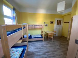 Ein Etagenbett oder Etagenbetten in einem Zimmer der Unterkunft Jugendherberge Rudi Arndt