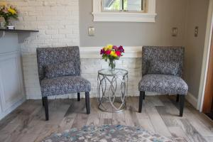 A seating area at Bar Harbor Villager Motel