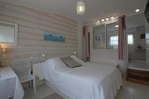 A bed or beds in a room at Maison Lucilda