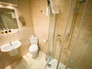 A bathroom at Best Western York House Hotel