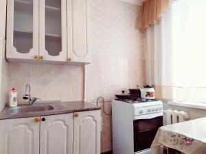 Кухня или мини-кухня в One Bedroom Apartment on Shostakovich
